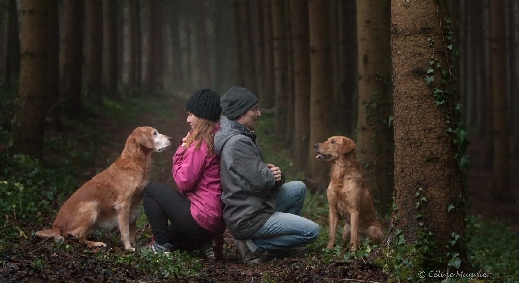 Couple avec chien en forêt
